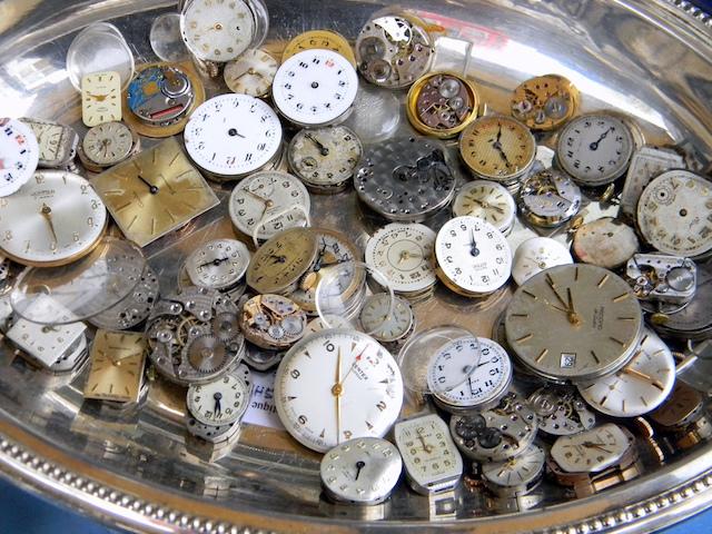 Relógios na Feira Portobello Road em Londres